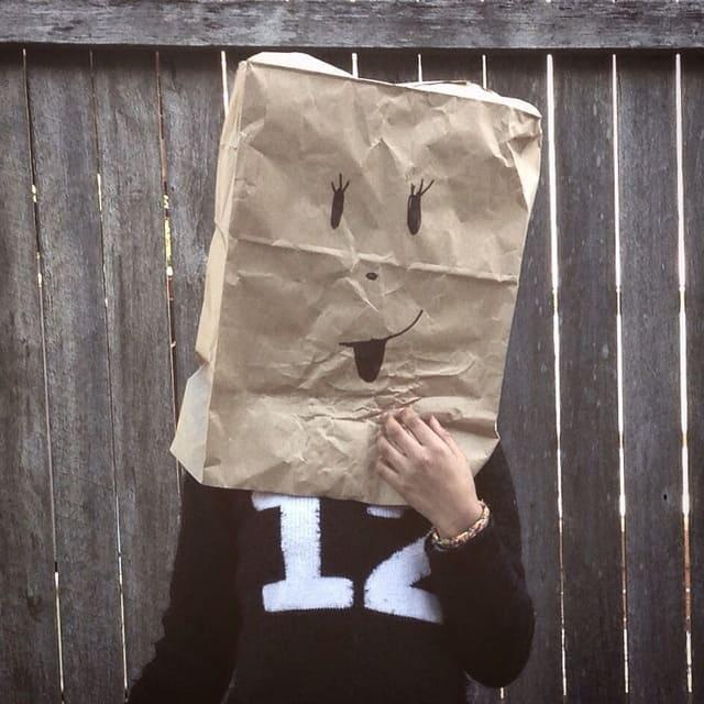 紙袋をかぶった人